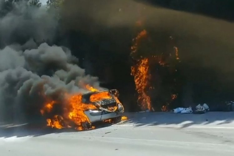 Bursa'da yol kenarında yanan otomobildeki alevler ormana sıçradı