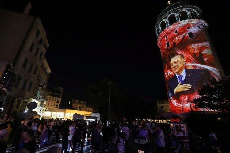 Galata Kulesi, 15 Temmuz için ışıklandırıldı