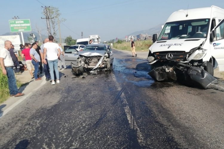 Bursa'da servis minibüsü ile otomobil çarpıştı! Anne ile kız yaralandı
