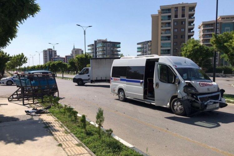 Servis aracı kamyonetle çarpıştı: 5 yaralı