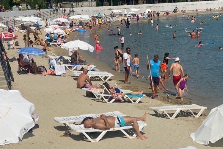 İstanbul'da halk plajında yoğunluk