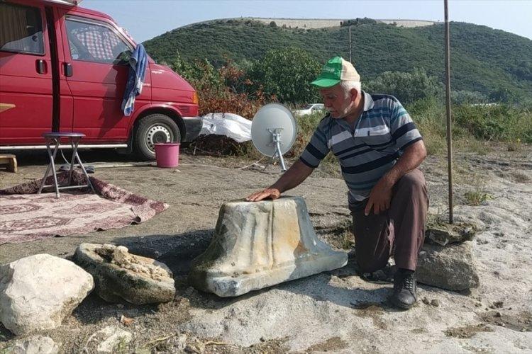 Bursa İznik Gölü'nde bulunan sütun başlığı müze yetkililerine teslim edildi