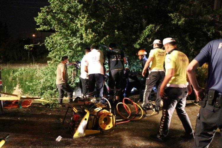Ağaca çarpan otomobil sürücüsü, aracında sıkıştı