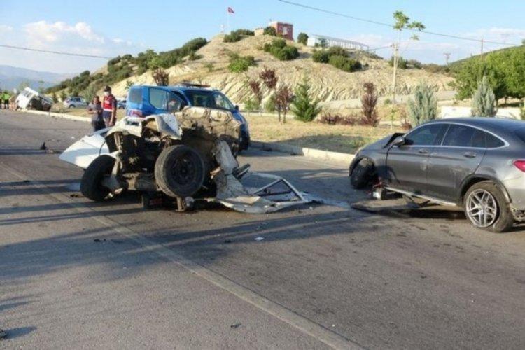 Isparta'da feci kaza! Minibüs ikiye ayrıldı!