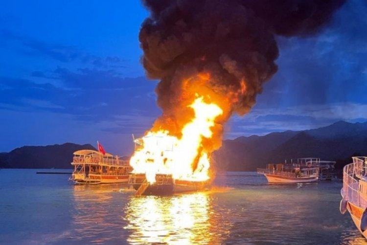 Antalya'da 17 metrelik tekne alevlere teslim oldu