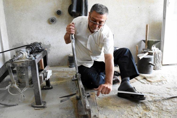 Bursa'da bıçakçılığı, 50 yıldır 9 metrekarelik atölyesinde yaşatmaya çalışıyor