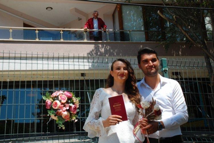 Virüse yakalanan belediye başkanı, nikahı balkonundan kıydı