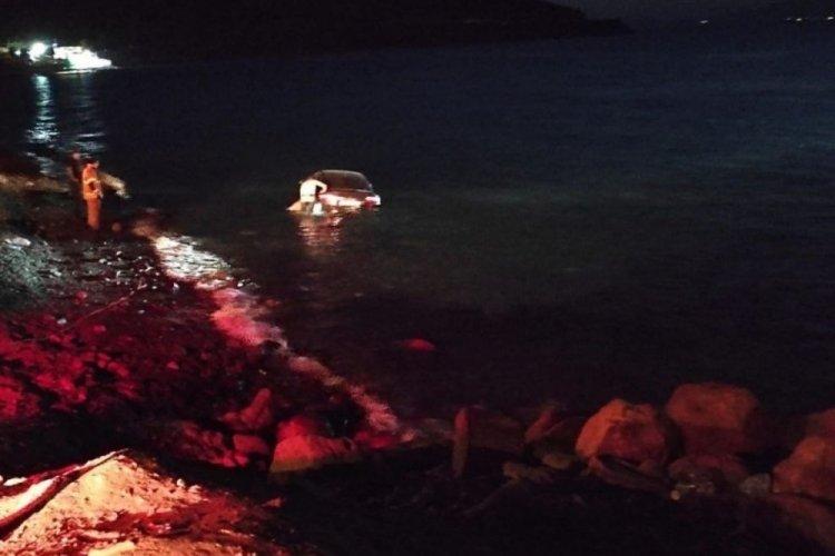Denize yuvarlanan otomobilin sürücüsü yaralandı
