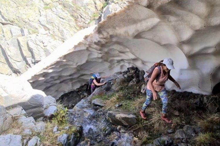 Bursa'da dağcılar yazın ortasında buz tüneli buldu