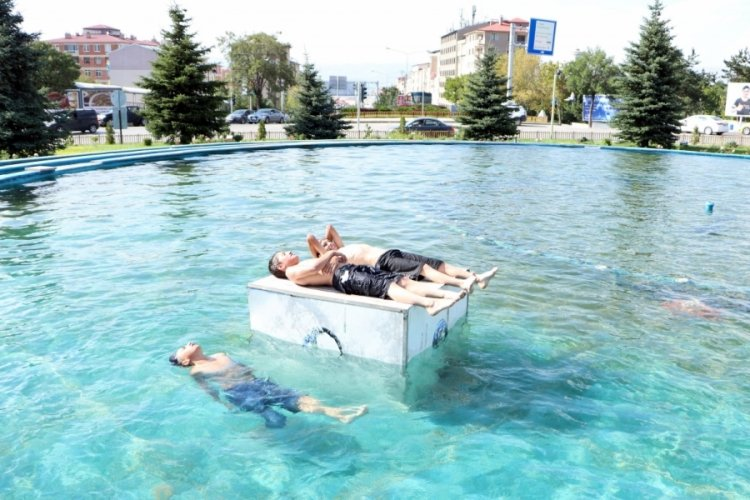 Erzurum'da 220 voltluk elektrik sisteminin olduğu havuzlarda yüzüyorlar