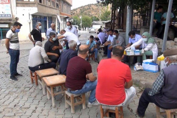 Muş'ta sağlıkçılar tek tek kahveleri gezerek aşı yaptı