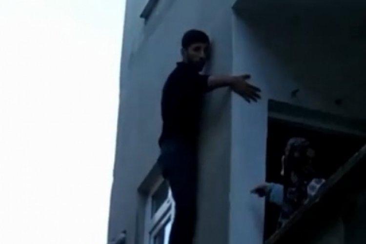 İstanbul Sultangazi'de hırsız pencerede mahsur kaldı