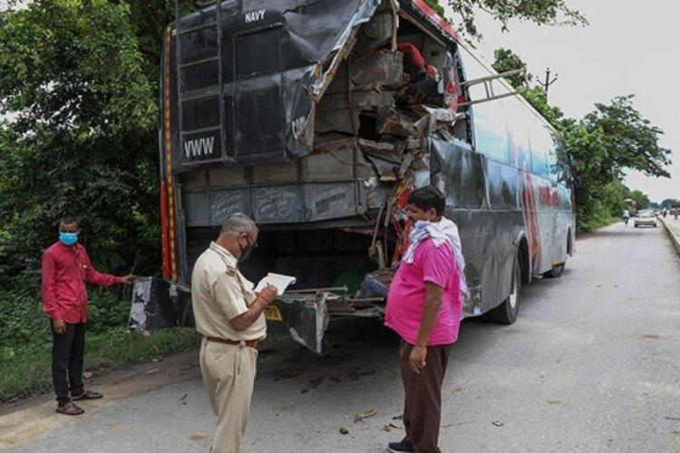 Hindistan'da yolun kenarında uyuyan işçilere kamyon çarptı!