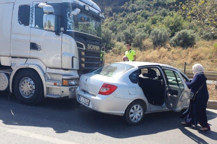 Bursa'da takla atan araca bakarken, yoldan geçen TIR aracını sürükledi