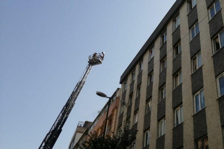 İstanbul Bahçelievler'de bir şahıs yanan binaya girdi