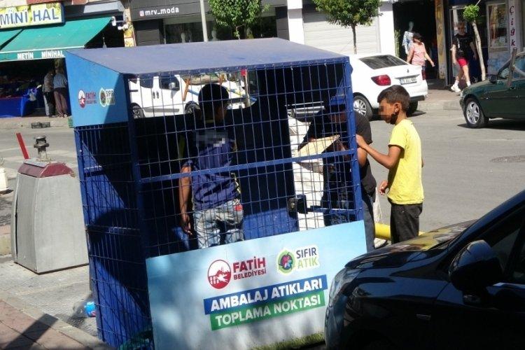 Kağıt toplayan çocuklar belediyenin atık kutusuna girdi