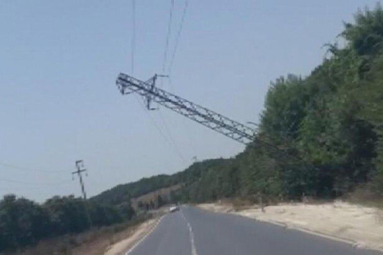 İstanbul Çatalca'da elektrik direği yan yattı
