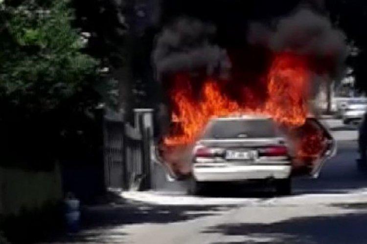 İstanbul Pendik'te yanan otomobil küle döndü!