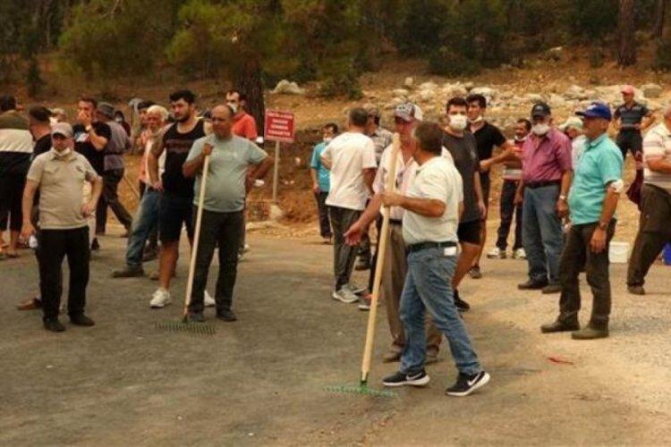Gündoğmuş'taki yangın kara yoluna ilerliyor, ilçe merkezine giriş kapatıldı
