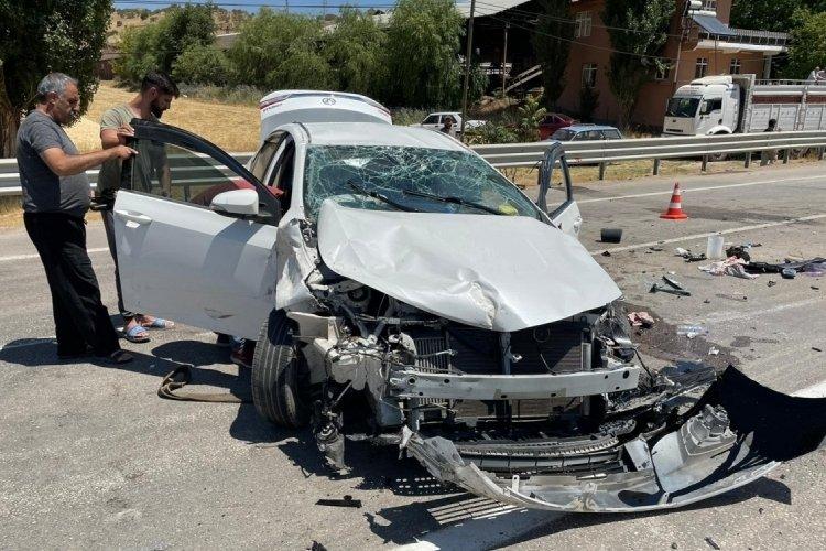 Elazığ'da kafa kafaya kaza! Araçta bulunan 5 kişi yaralandı