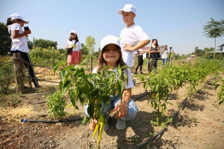 Çocuklar bostanı Bursa Nilüfer Belediye Başkanı Erdem'le gezdi