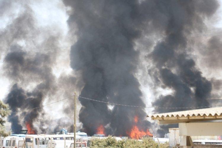 Park halindeki araçlar tek tek yanarak patlıyor!