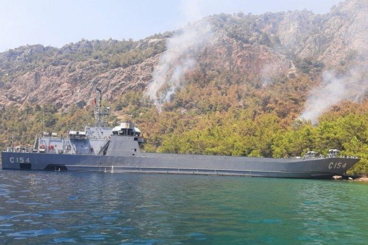 MSB çıkarma gemileri yangına müdahale ediyor