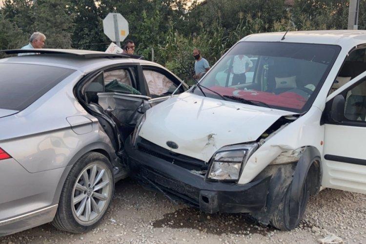 Bursa'da 17 yaşındaki Alperen'in kullandığı araçla hafif ticari araç çarpıştı: 4 yaralı
