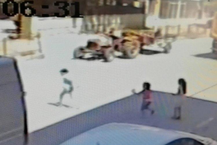 Bursa'da teneffüste marketten çikolata alıp okula dönerken traktörün altında kaldı