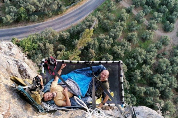 Maceraperestler Bursa'da 116 metrelik kayada konakladı