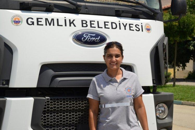 Bursa Gemlik Belediyesi'nde kadın ağır vasıta şoförü göreve başladı