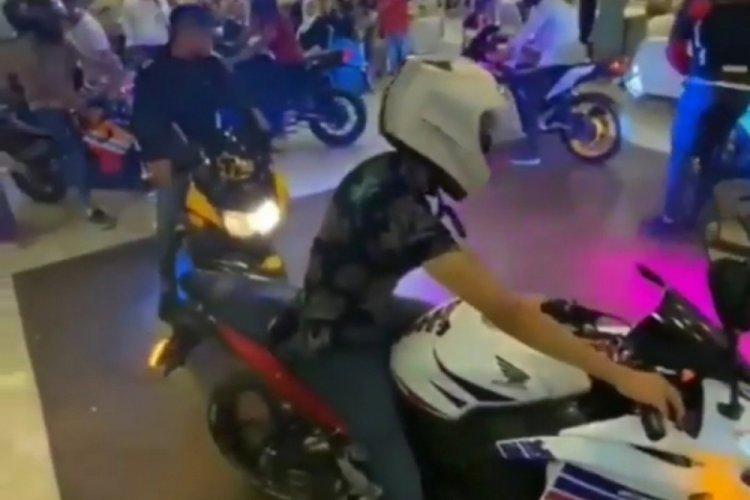 Düğün salonunda motosiklet şov