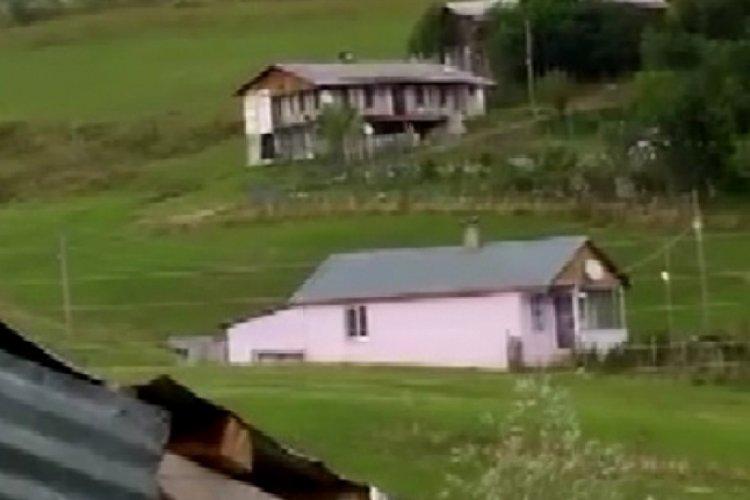 Artvin'de etkili olan fırtına çatıları uçurdu