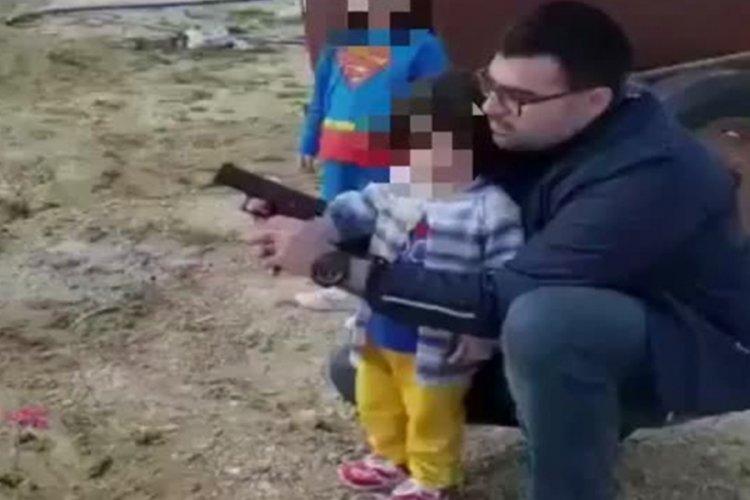 AK Parti Antakya Gençlik Kolları Başkanı, küçük çocuğa silah tutturdu!