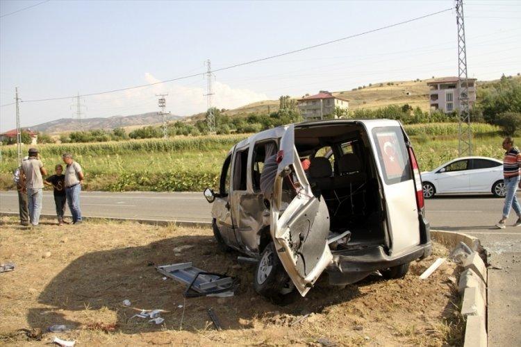 Sivas'ta ambulans ve otomobil kaza yaptı: 7 yaralı