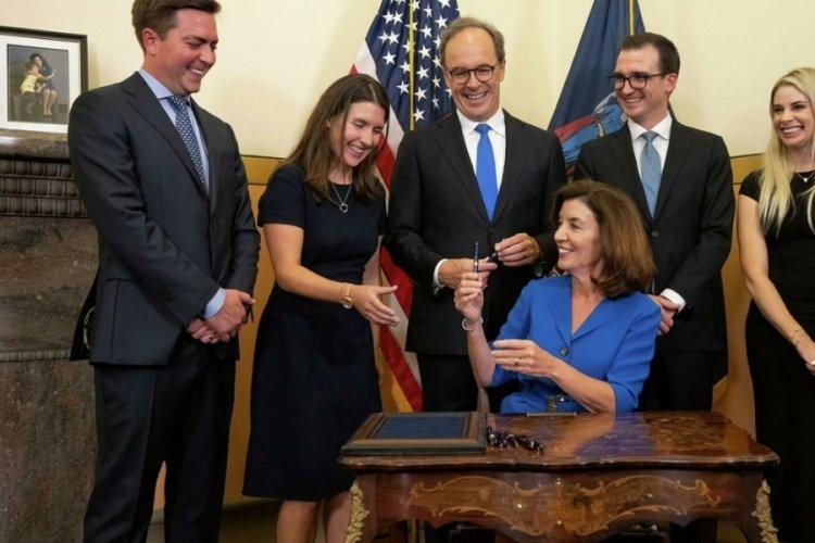 New York'un ilk kadın valisi göreve başladı