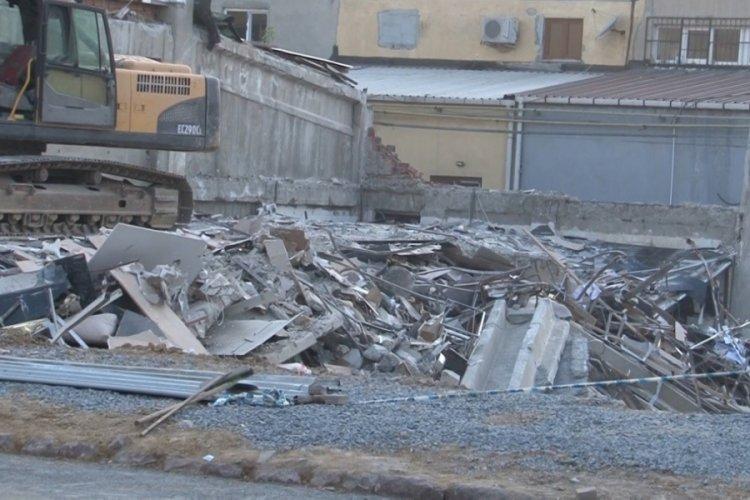 İstanbul'da çöken mobilya mağazası kontrollü şekilde yıkıldı
