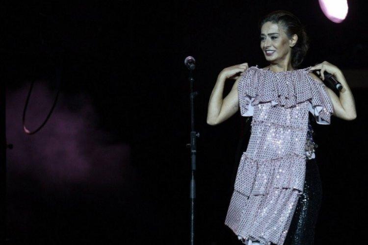 Yıldız Tilbe'ye Bursalı hayranından sahnede sürpriz