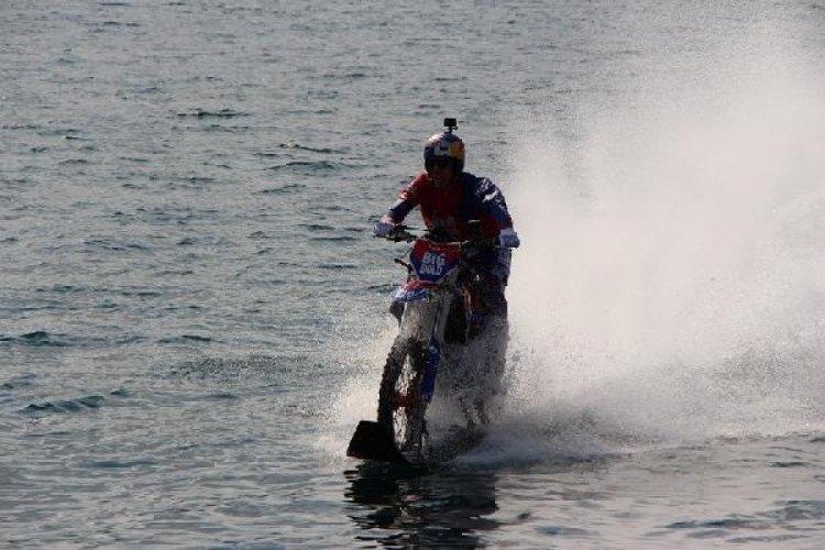 Kendi tasarladığı motosiklet ile Boğaz'ı su üstünde geçti