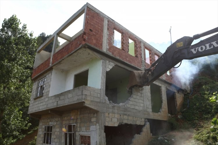 Rize'de doğal afetlerden hasar gören ve risk taşıyan binaların yıkımına başlandı