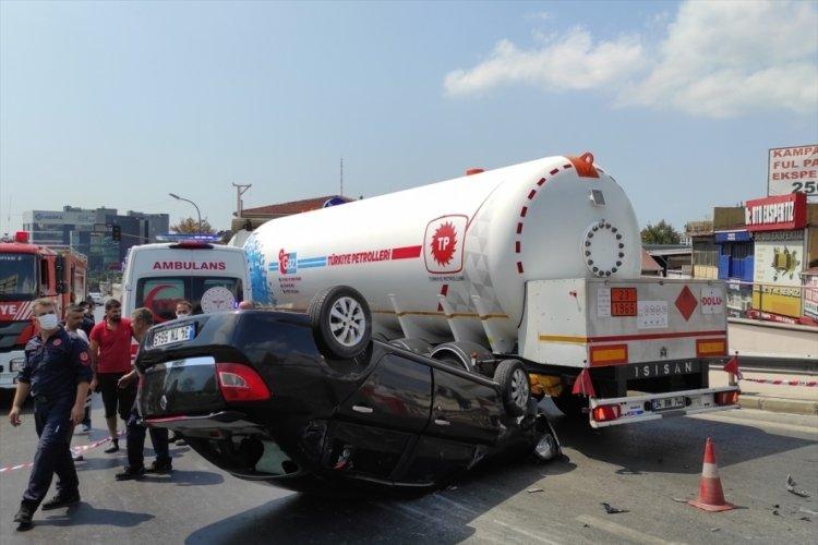 İstanbul'da tankere çarpıp takla atan aracın sürücüsü yaralandı
