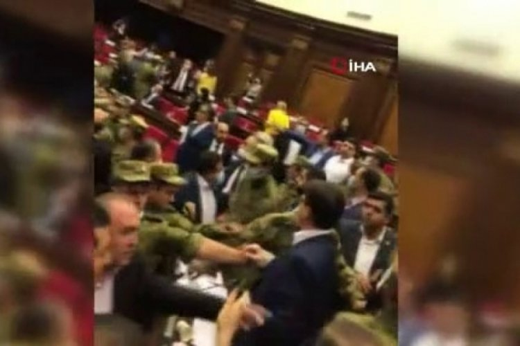 Ermenistan parlamentosu karıştı