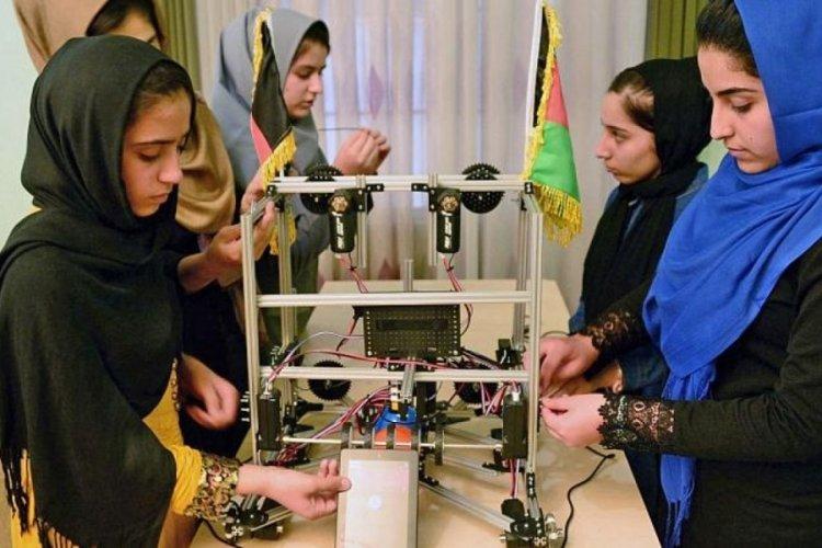 Afgan robot ekibindeki 5 kız öğrenci Meksika'ya getirildi