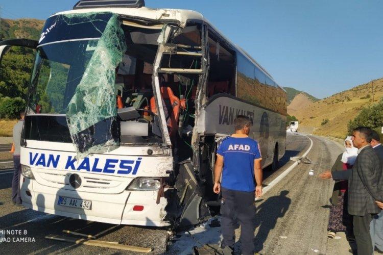 Bitlis'te feci kaza! Yolcu otobüsü ile TIR çarpıştı; 1'i ağır, 3 yaralı