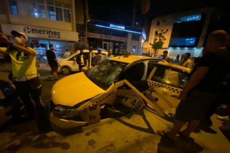 İstanbul Ümraniye'de hızla gelen otomobil, taksiye çarptı