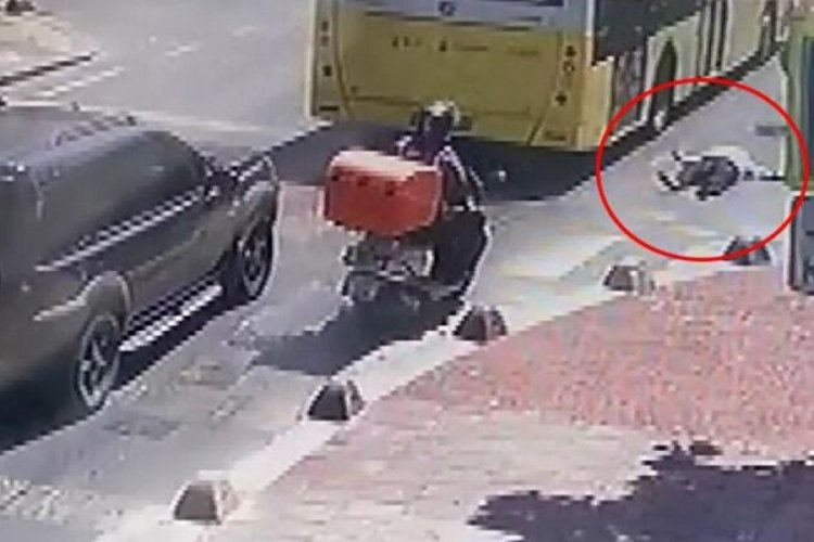 İstanbul Küçükçekmece'de otobüsten inmeye çalışan kadın düştü