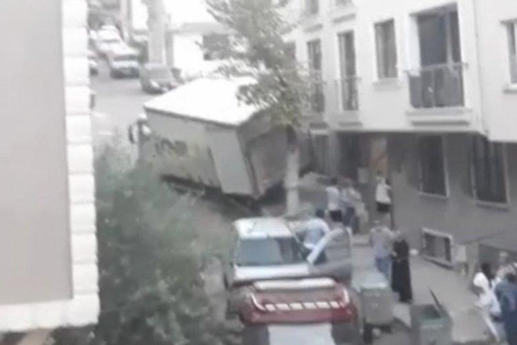 Bursa'da freni patlayan kamyon 3 aracı biçip eve çarptı!