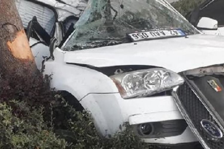 Askerlerin de bulunduğu araç ağaca çarptı: 1 ölü