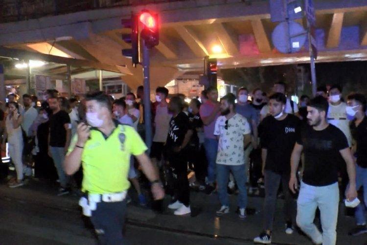 İstanbul'da bir kişi hareket halindeki tramvay ile peron arasında sıkıştı