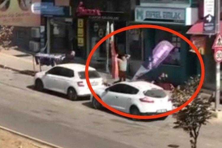 Bursa'daki kavgada reklam flâmaları havada uçuştu